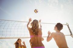 Amis jouant au volleyball de plage Photos libres de droits