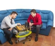 Amis jouant aux échecs Photos libres de droits