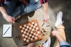 Amis jouant aux échecs Images libres de droits