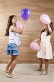 Amis jouant avec des boules Photos stock