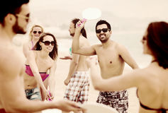 Amis jouant avec des raquettes à la plage Photo libre de droits