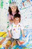 Amis jouant avec la peinture Image stock