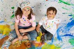 Amis jouant avec la peinture Images libres de droits