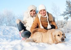 Amis jouant avec le chien d'arrêt d'or Images stock