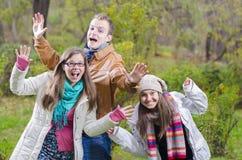 Amis jouant dans la forêt Photographie stock