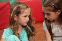 Amis jouant dans le jardin d'enfants Photographie stock