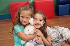 Amis jouant dans le jardin d'enfants Images stock