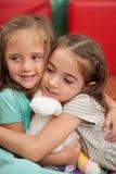 Amis jouant dans le jardin d'enfants Photos libres de droits