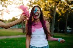 Amis jouant des couleurs au parc Photo libre de droits