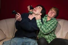 Amis jouant des jeux vidéo Photographie stock libre de droits