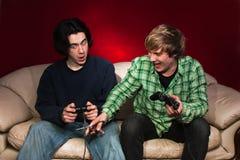 Amis jouant des jeux vidéo Image libre de droits
