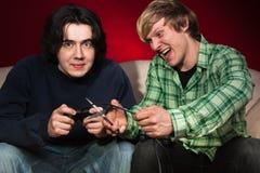 Amis jouant des jeux vidéo Image stock