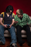 Amis jouant des jeux vidéo Photo libre de droits