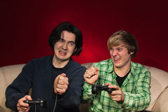 Amis jouant des jeux vidéo Photographie stock