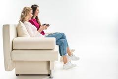 Amis jouant des jeux vidéo Photo stock