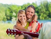 Amis jouant la guitare Photographie stock libre de droits