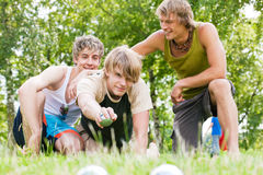 Amis jouant le boule Photographie stock libre de droits