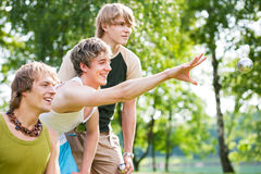 Amis jouant le boule Photos libres de droits