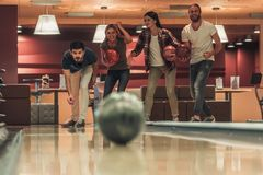 Amis jouant le bowling Photographie stock