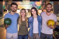 Amis jouant le bowling Image libre de droits