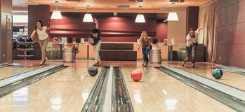 Amis jouant le bowling Image stock