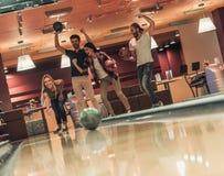 Amis jouant le bowling Photos libres de droits