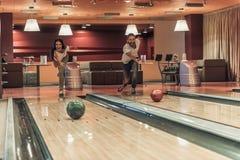 Amis jouant le bowling Photo libre de droits