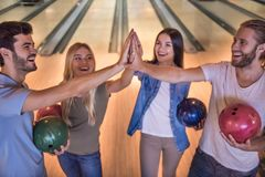 Amis jouant le bowling Images stock