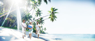 Amis jouant le concept d'été de bonheur de ballon de plage Photos stock
