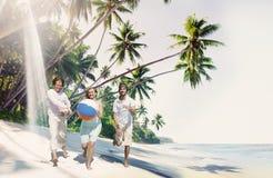 Amis jouant le concept d'été de bonheur de ballon de plage Photo libre de droits