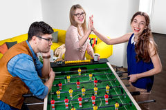 Amis jouant le football de table Photos stock