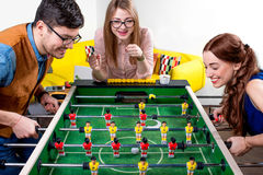 Amis jouant le football de table Photographie stock libre de droits