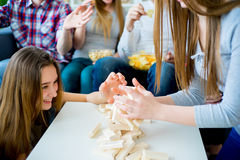 Amis jouant le jenga Photo stock