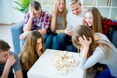 Amis jouant le jenga Photos libres de droits