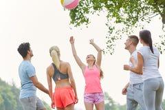 Amis jouant le jeu de boule en parc Images stock