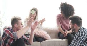 Amis jouant le jeu de note de post-it dans le salon banque de vidéos