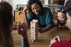 Amis jouant le jeu ensemble à la maison Image stock