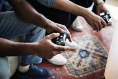 Amis jouant le jeu ensemble à la maison Photos libres de droits