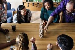 Amis jouant le jeu ensemble à la maison Images libres de droits