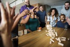 Amis jouant le jeu ensemble à la maison Photographie stock