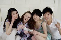 Amis jouant le jeu vidéo Image stock