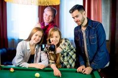 Amis jouant le selfie de billard Images libres de droits