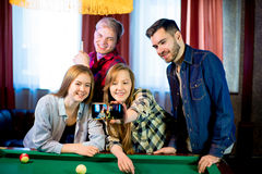 Amis jouant le selfie de billard Photo libre de droits