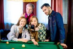 Amis jouant le selfie de billard Photographie stock libre de droits