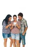 Amis jouant le téléphone de jeu Photos libres de droits