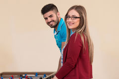 Amis jouant le Tableau du football - Foosball Photographie stock
