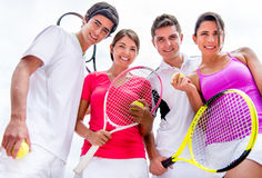 Amis jouant le tennis Photos stock