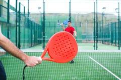 Amis jouant le tennis de palette Photographie stock