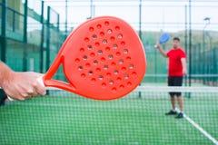 Amis jouant le tennis de palette Photographie stock libre de droits