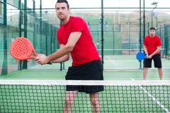 Amis jouant le tennis de palette Images libres de droits